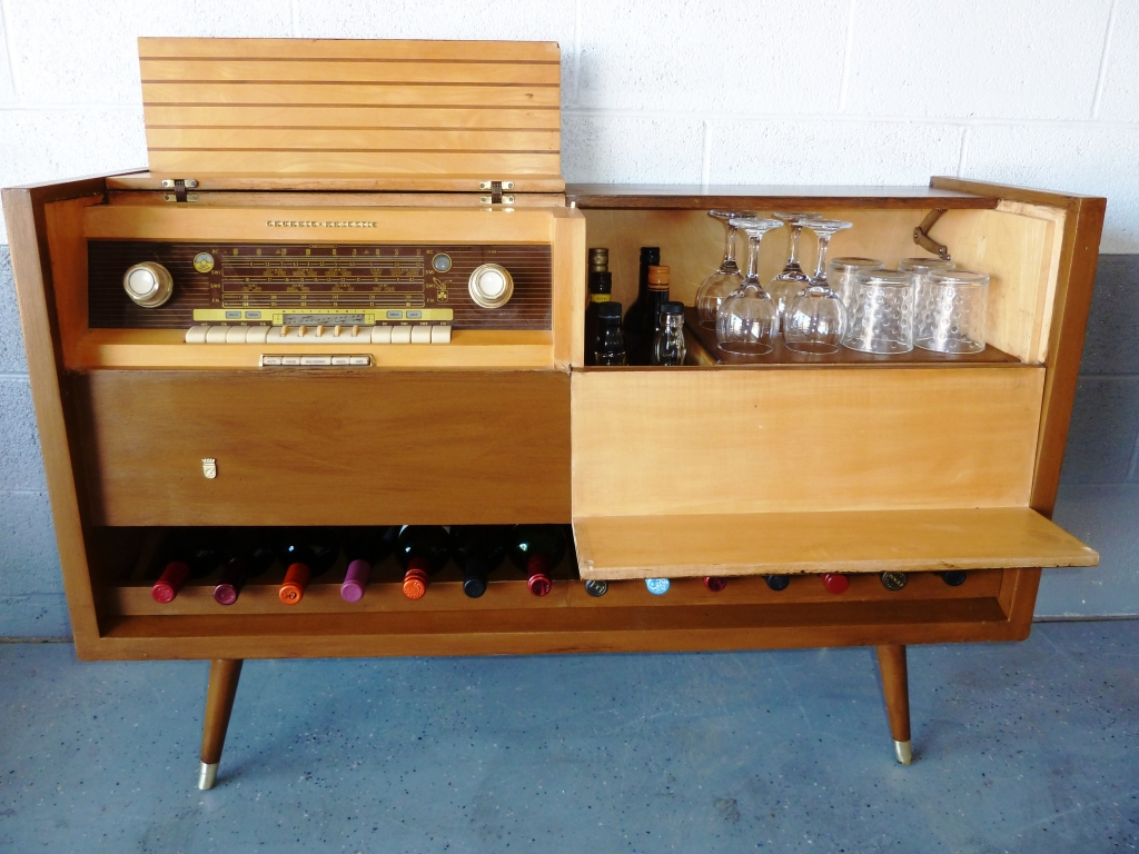 Turn a 1950s stereo into a bar